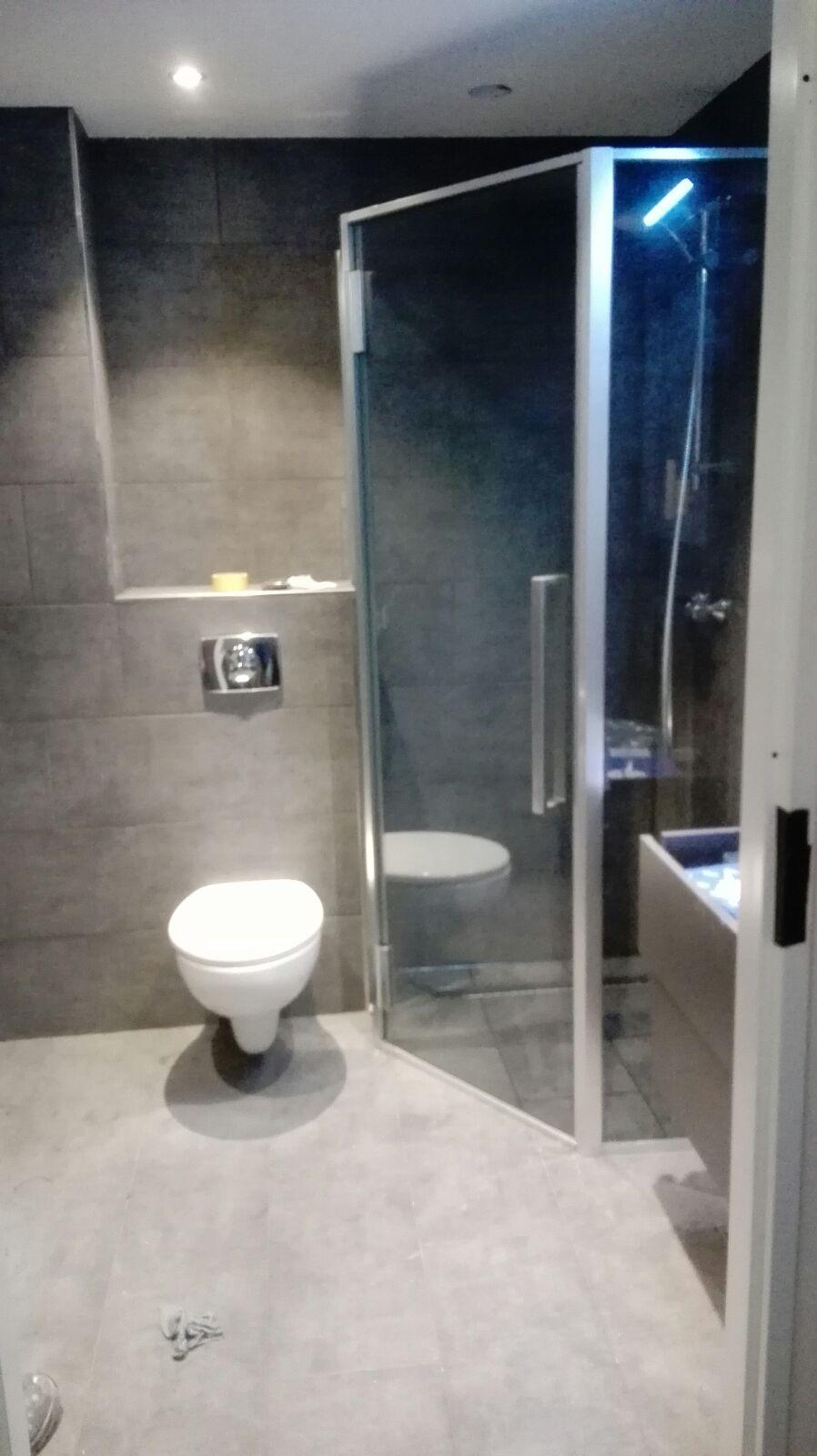 Badkamer renovatie donker stijl in Hoofddorp