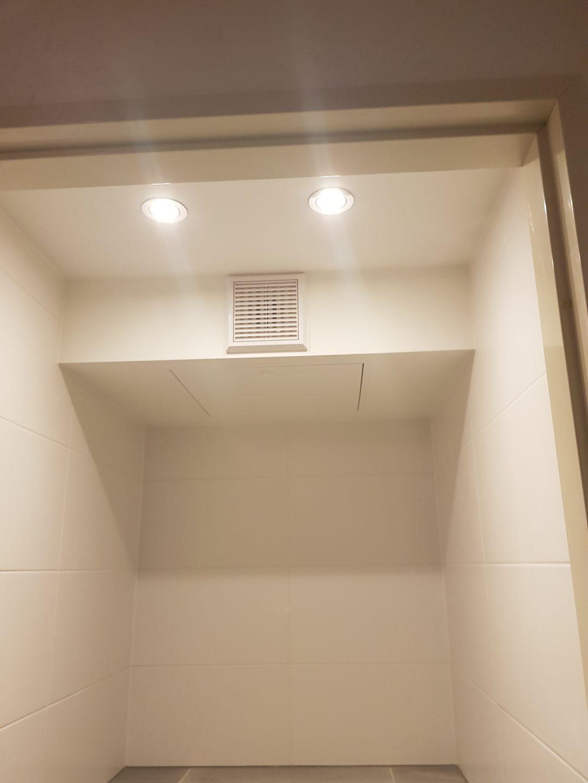 Apparatuur verbergen in het toilet in Haarlem