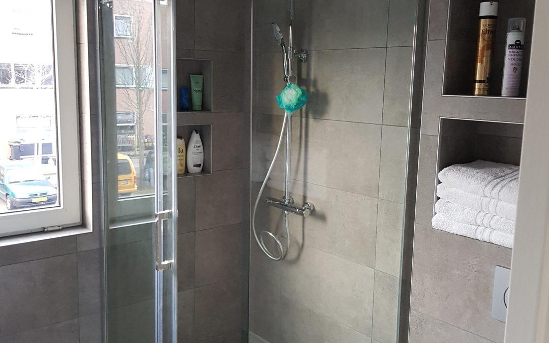 Moderne stijl in badkamer